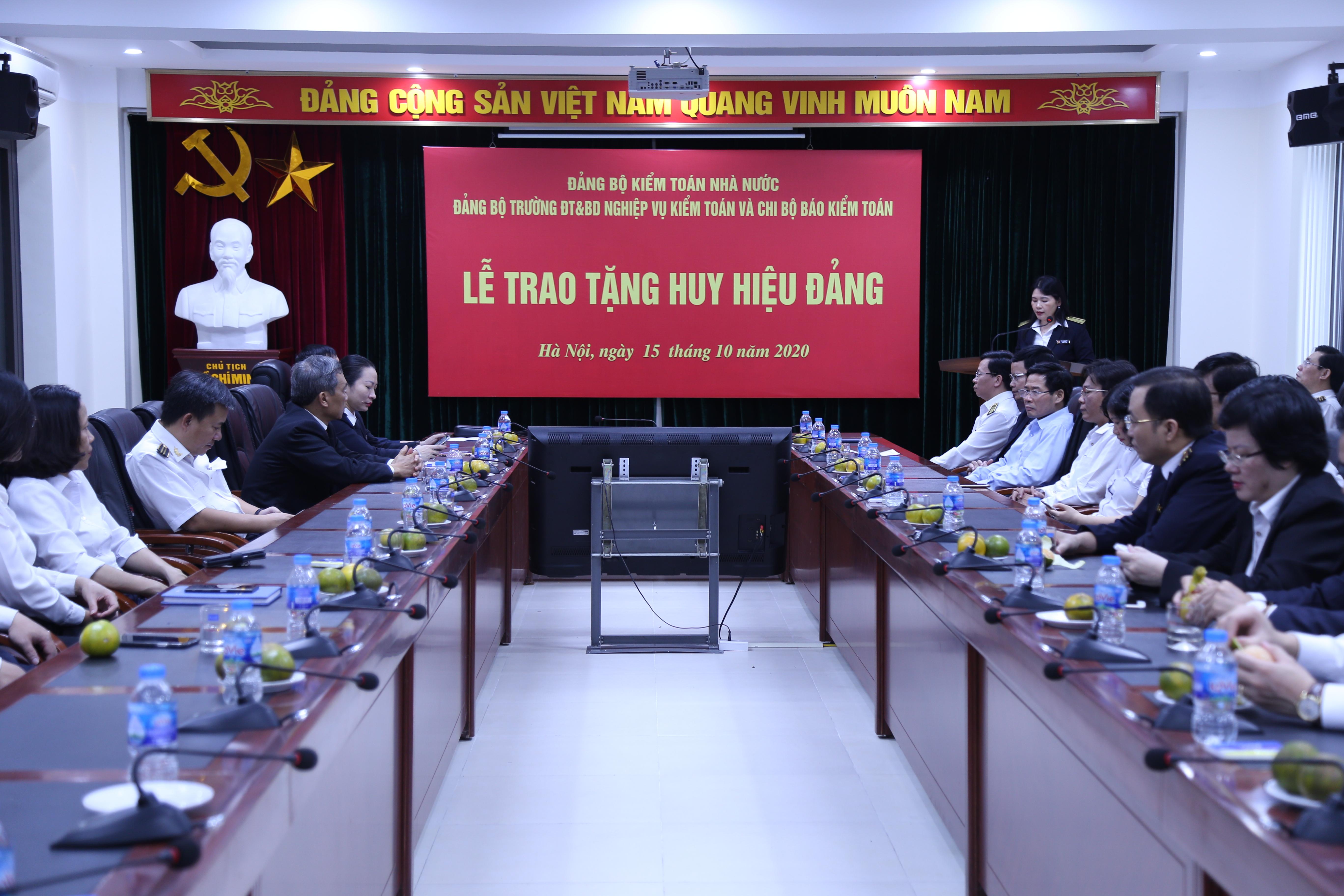 Trao huy hiệu Đảng cho 3 Đảng viên của Đảng bộ Trường Đào tạo và Bồi dưỡng nghiệp vụ kiểm toán và Chi bộ Báo Kiểm toán